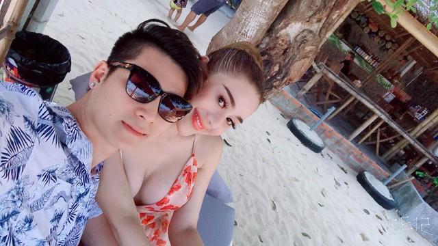 Lâm Khánh Chi khoe vòng 1 đồ sộ cùng người chồng trẻ trong chuyến đi biển mới đây. (Ảnh: FB Lam Chi Kha)