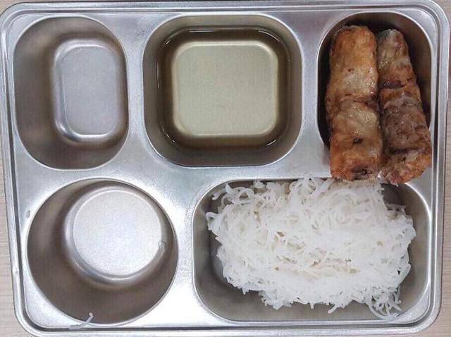 Suất ăn cải thiện của học sinh tiểu học Ban Mai bị phụ huynh tố.