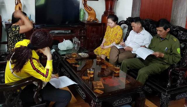 Bà Nghĩa (áo vàng bên trái ảnh) đến nhà cô giáo H.xin lỗi.