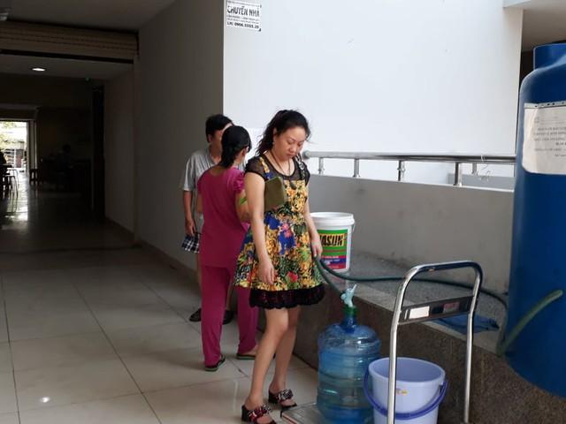 Người dân phải xuống tầng trệt lấy mước mang lên căn hộ sử dụng