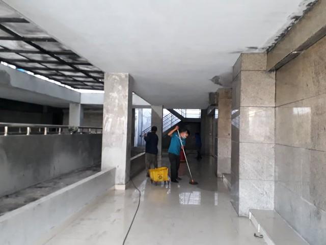 Các công nhân đang dọn vệ sinh phục vụ cho việc thi công sữa chữa
