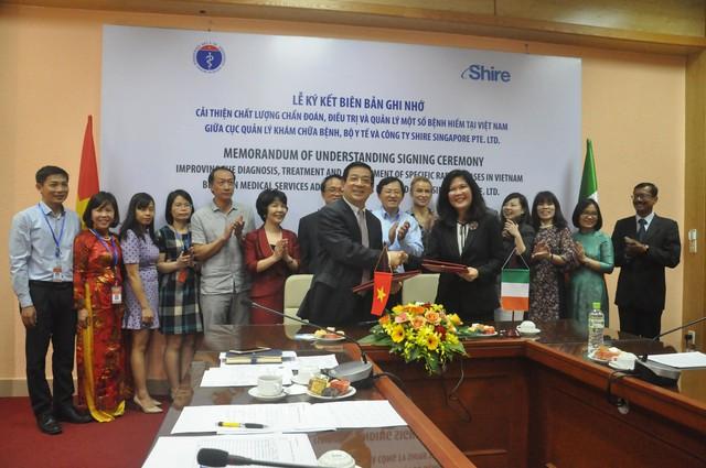 PGS.TS.BS Lương Ngọc Khuê và Bà Linda Seah cùng ký vào Biên bản ghi nhớ.