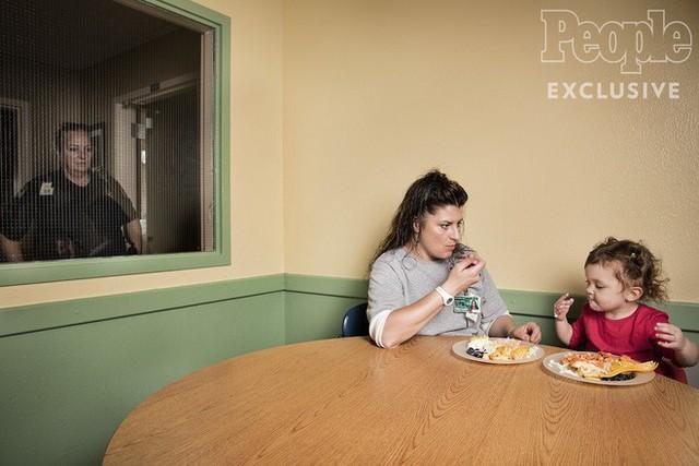 """Nhìn người mẹ chăm sóc, đưa con gái đến """"trường"""", ít ai biết được họ đang ở một nơi vô cùng đặc biệt"""