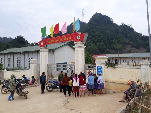 Nhiều người dân tập trung tại trường học bàn tán xôn xao về vụ việc