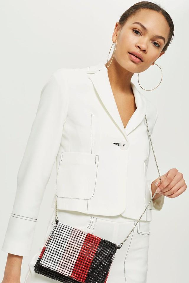 Hay một số thiết kế kết cườm khác của Top shop như mẫu balo có giá 52$ ~  1,1 triệu VNĐ hay mẫu túi đeo chéo có giá 45$ ~ 990.000 VNĐ.