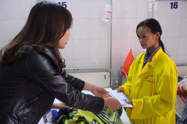 Trước đó, phòng công tác xã hội của Bệnh viện Đa khoa tỉnh Lạng Sơn cũng đã ủng hộ gia đình chị Múi 20 triệu đồng với mong muốn bé Hoàng A Múi sẽ được khám bệnh. Ảnh: Bệnh viện Đa khoa tỉnh Lạng Sơn