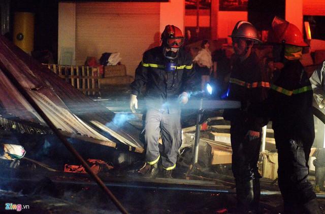 Đến 3h sáng cùng ngày, ngọn lửa cơ bản đã được khống chế và dập tắt.