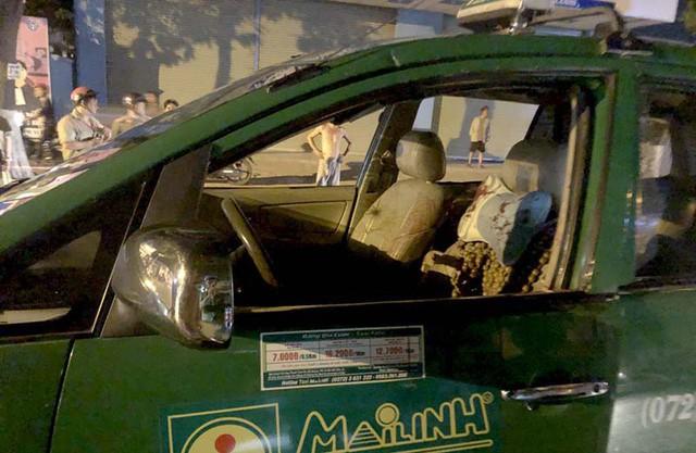Trên chiếc xe taxi còn vương vãi máu, kính vỡ nát