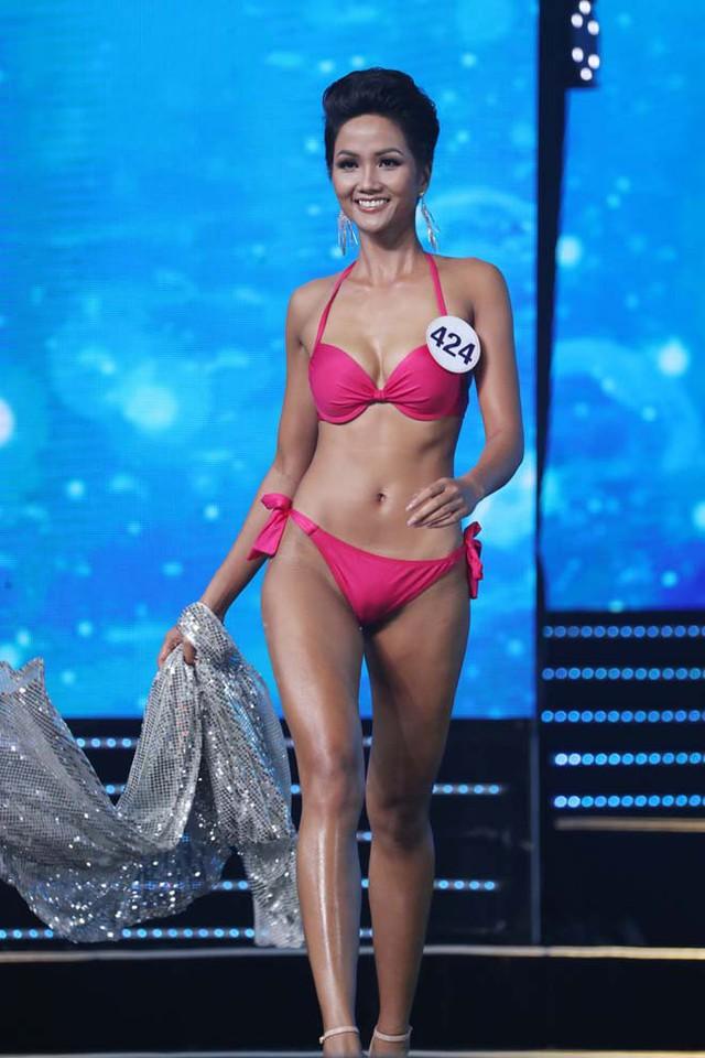 HHen Niê được đánh giá cao về hình thể lẫn cách trình diễn áo tắm tại Hoa hậu Hoàn vũ Việt Nam 2017
