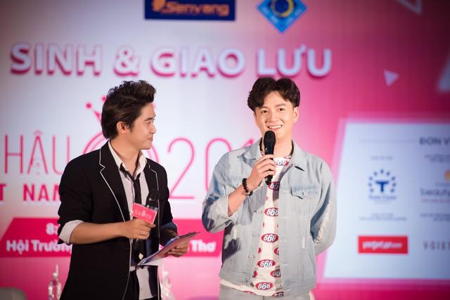 Ca sĩ Ngô Kiến Huy (phải)