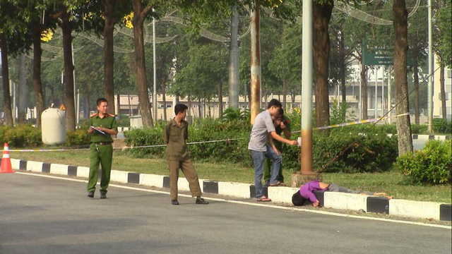 Xe máy tông trụ điện rồi văng xa hơn 20m, nam thanh niên chết tại chỗ