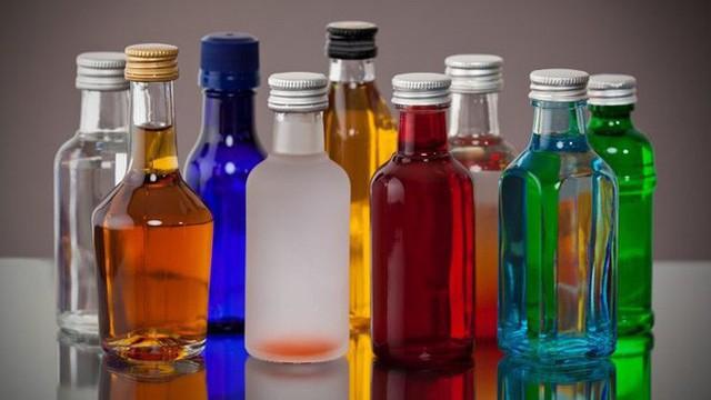 Rượu có tác dụng khử nước trong cơ thể. Do độ ẩm trong cabin của máy bay thấp, mọi người có xu hướng cảm thấy hơi khô trên máy bay. Uống rượu trong khi bay có thể khiến cơ thể thêm mệt mỏi.