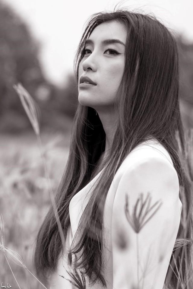 Tiêu Châu Như Quỳnh từng khóc vì nhiều năm đi hát nhưng vẫn bị nhắc đến với cái danh cháu gái Lam Trường. Ảnh: FBNV.