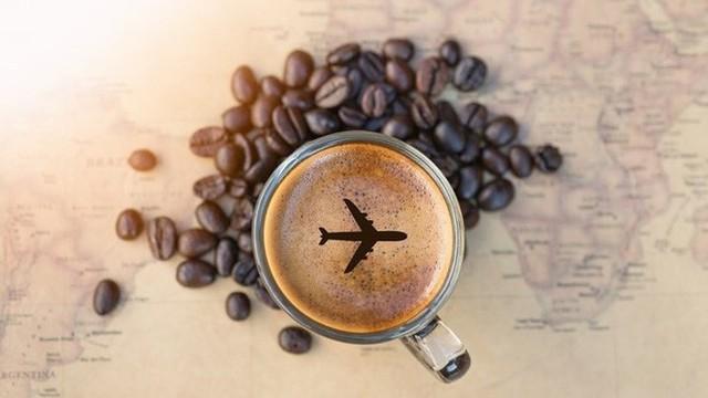 Cà phê không phải là ý tưởng tốt trên máy bay vì có thể nước được sử dụng để pha không sạch. Giống như rượu, cà phê cũng có tác dụng khử nước trong cơ thể, và nó cũng có thể gây kích thích bàng quang. Không ai muốn một bàng quang bị kích thích khi bay.