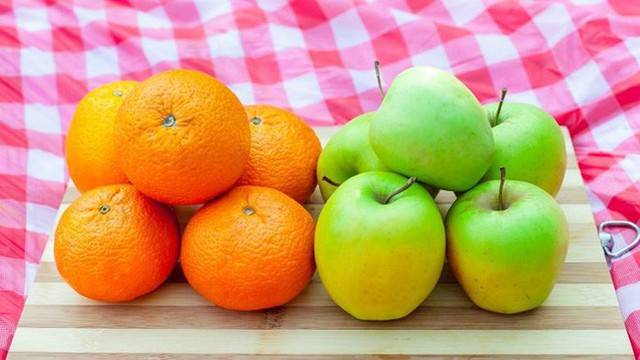 Táo và cam cũng không phải là thực phẩm tốt nhất. Chất xơ trong táo có thể khiến cơ thể bạn bị xáo trộn, trong khi đó độ axit trong cam (và nước cam) có thể khiến bạn bị ợ nóng.