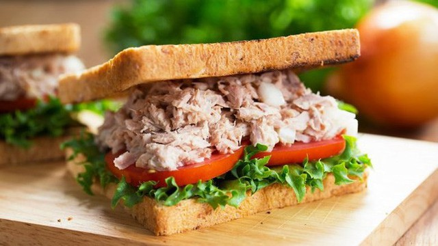 Bánh sandwich cá ngừ, trứng luộc và thức ăn có tỏi bạn cũng nên tránh. Bạn nên nhớ toàn bộ hành khách trên máy bay chắc chắn không muốn ngửi mùi thức ăn của bạn.