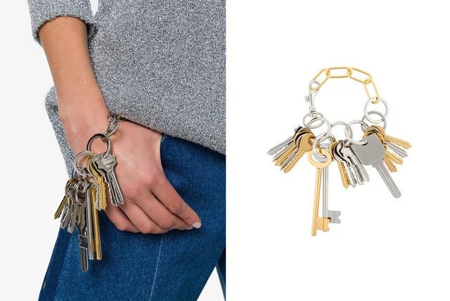 Vòng tay lấy cảm hứng từ móc chìa khóa của Balenciage. Nhìn đơn giản, thô sơ, tưởng chừng chẳng có gì mới mẻ nhưng chiếc vòng này cũng có giá gần 20 triệu đồng.