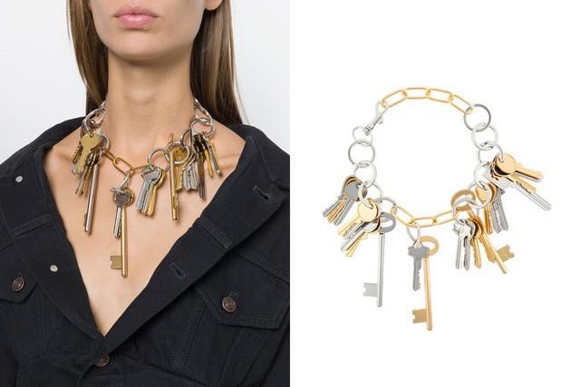 Mà đâu chỉ vòng tay, Balenciaga còn được đà lấn tới, làm luôn thêm 1 mẫu vòng cổ cho đủ bộ. Chiếc vòng cổ có giá gần 23 triệu đồng.