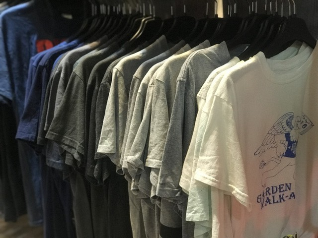 """Buôn quần áo hàng thùng từ Campuchia, """"hái ra tiền"""" nhờ xu hướng mới của giới trẻ"""
