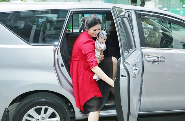Lê Thị Phương lần đầu xuất hiện cùng con gái gần 6 tháng tuổi