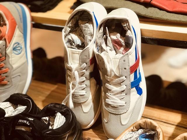 Giày cũ nhưng nhìn còn khá mới, nếu mua mới thì giá của chúng khoảng hơn 2 triệu đồng