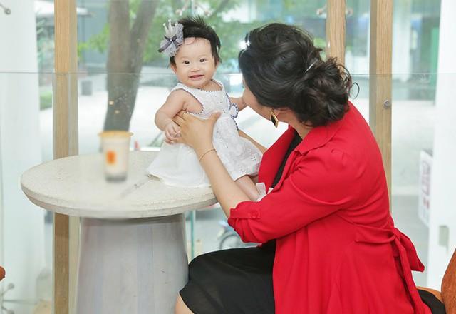 Lê Thị Phương chia sẻ, cô chưa vội áp dụng các biện pháp ăn kiêng, giảm cân vì sợ mất sữa. Bé Bối Bối vẫn bú sữa mẹ hoàn toàn.