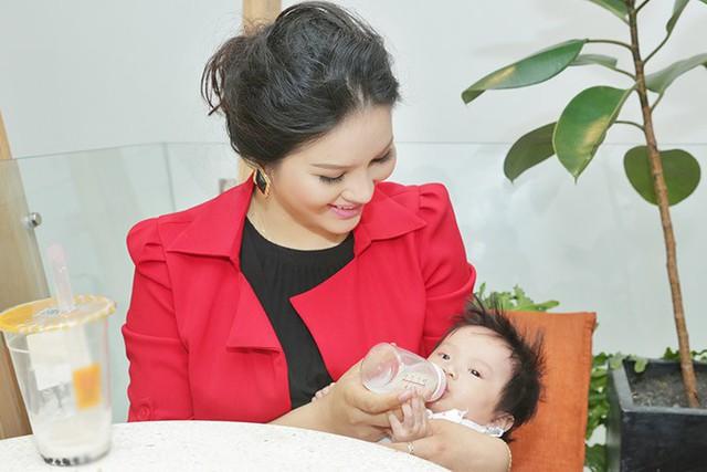 Cô thường vắt sữa bỏ bình cho con gái ăn khi ra ngoài. Dù hình thể thay đổi nhiều nhưng Lê Thị Phương vẫn mãn nguyện vì sinh được một nàng công chúa xinh xắn, đáng yêu.