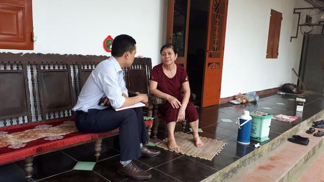 Người dân phố Mậu Thông, phường Khai Quang, TP Vĩnh Yên trao đổi với PV.
