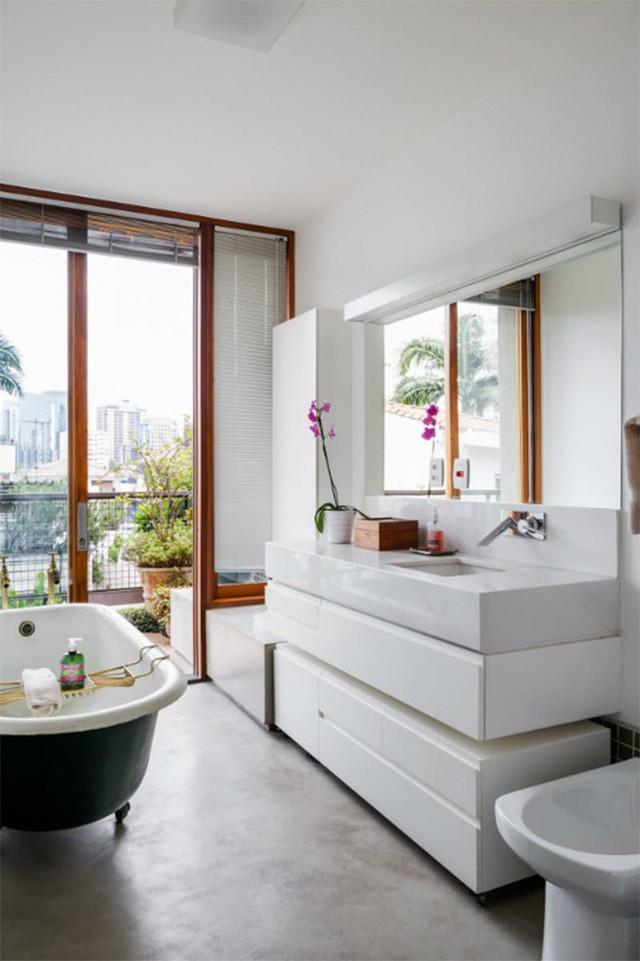 Từ phòng tắm nhìn ra, bạn sẽ vẫn thấy cây lá xanh ngút mắt nhờ hệ thống cửa kính.