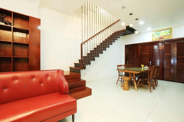 Kts Lã Chung Hiếu, Như Nguyễn (La Design Studio) đưa ra giải pháp bố trí cầu thang nhỏ gọn kết hợp giếng trời nằm sát một bên tường. Nhờ đó, ngôi nhà trở nên rộng rãi, tận dụng được tối đa mọi góc.
