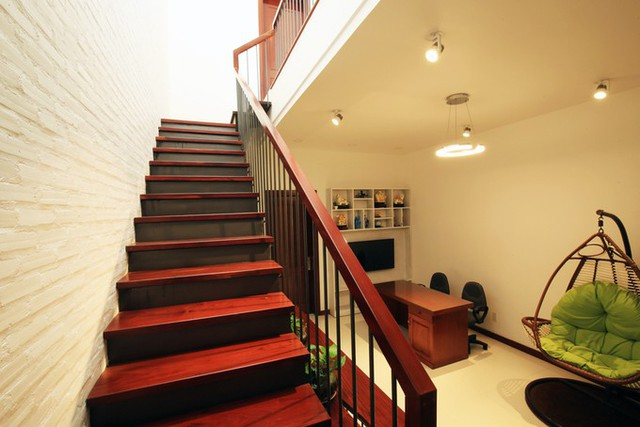 Gia chủ lựa chọn gỗ có tông màu nâu nhưng nhà không có cảm giác tối nhờ có các khoảng trần, sàn, tường màu trắng và ánh sáng lan tỏa khắp nơi.