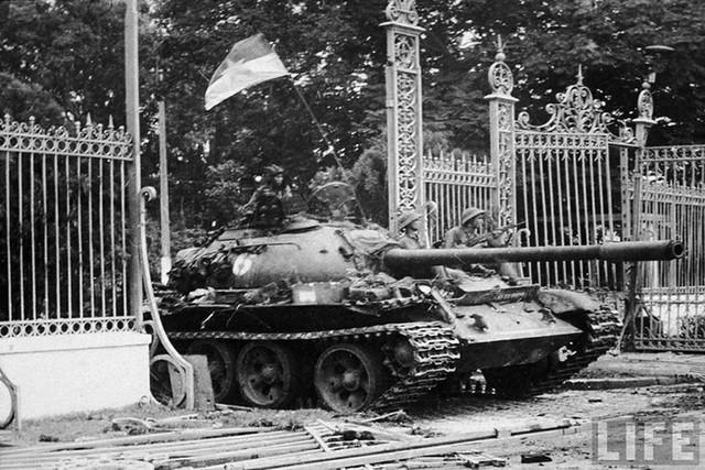 Quân giải phóng tiến vào Dinh Độc Lập hồi 11 giờ 30 phút ngày 30 tháng 4 năm 1975.
