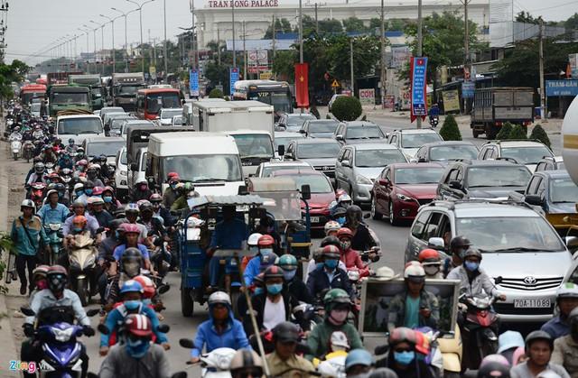 Trong hai ngày 28-29/4, nhiều đoạn trên quốc lộ 51, tuyến đường huyết mạch hướng từ Đồng Nai đi TP Vũng Tàu luôn chật kín ôtô, xe máy người dân đi nghỉ lễ.