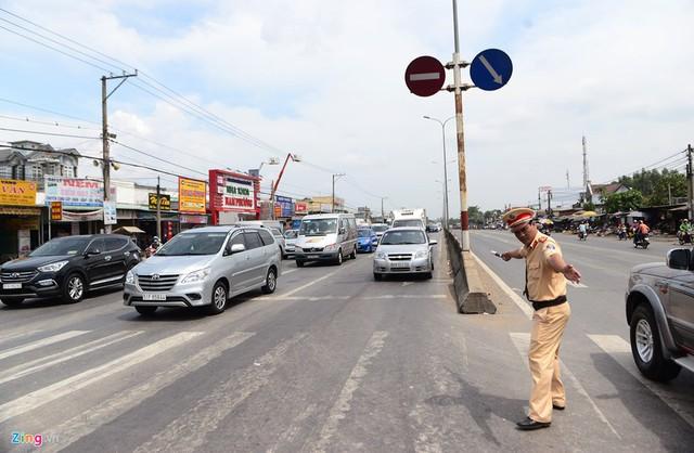 Thời điểm các phương tiện lưu thông tập trung đông nhất vào buổi sáng đến đầu giờ chiều. Trên làn đường ôtô, nhiều đoạn xe cộ phải xếp hàng dài cả cây số để chờ qua đèn đỏ, nút giao thông, lực lượng CSGT phải túc trực điều tiết vào các giờ cao điểm.