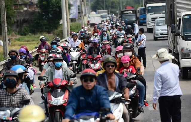 Làn xe máy qua trạm cũng chật kín người dân đi nghỉ lễ.