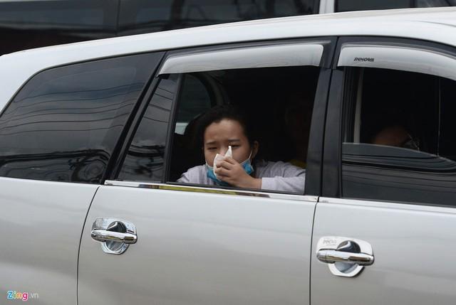 Ôtô di chuyển rất khó khăn khiến nhiều người, đặc biệt là phụ nữ, phải mở cửa xe để nôn ói vì say xe.