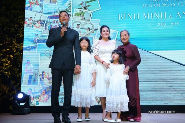 Tại buổi tiệc, người đầu tiên mà Bình Minh mời lên sân khấu nói lời cảm ơn là mẹ vợ. Trong những năm qua, vợ chồng anh rất bận rộn, bà đã giúp họ chăm sóc, nuôi dạy các cháu.
