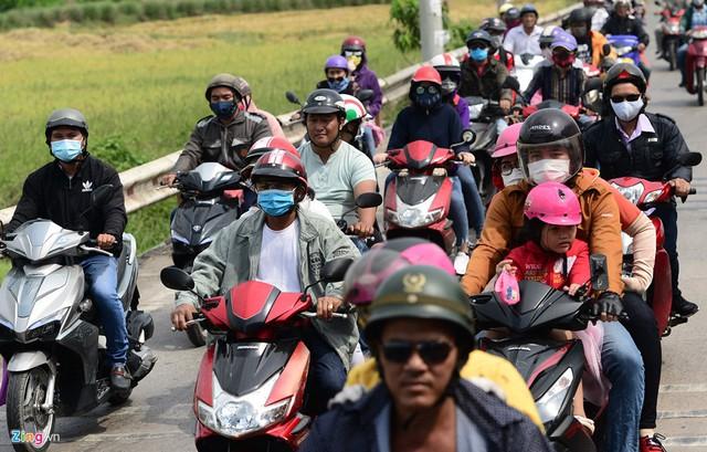 Làn đường xe máy luôn chật kín người suốt nhiều đoạn trên tuyến quốc lộ này. Anh Phan Huy Hoàng (TP.HCM) cho biết vào ngày bình thường đi về Vũng Tàu đều chạy với tốc độ 50-70 km/h, đường rất thông thoáng nhưng sáng nay kim đồng hồ chỉ ở mức 20-40 km/h. Làn xe máy chật kín, nhiều chỗ đèn đỏ phải nhích từng chút một nên khả năng phải mất cả buổi sáng mới xuống được TP Vũng Tàu, anh này ngán ngẩm.