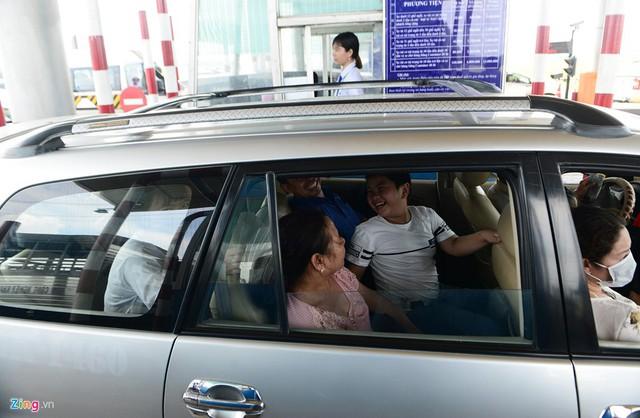 Hầu hết xe khách di chuyển hướng thành phố biển đều đông nghịt, ôtô 4-7 chỗ nhiều gia đình cũng kín ghế.