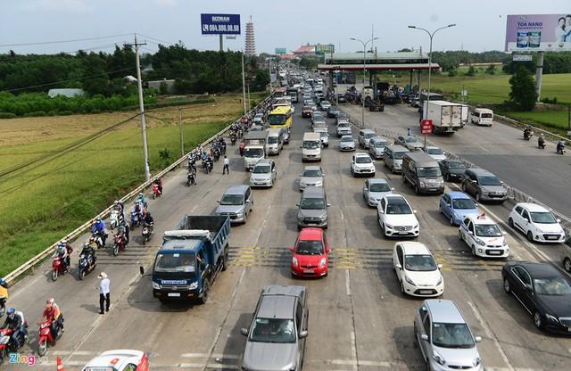 Trạm thu phí phụ T2 (quốc lộ 51, xã Long Phước, huyện Long Thành, Đồng Nai) trong hai buổi sáng 28 và 29/4 phải liên tục xả cho các phương tiện hướng từ TP.HCM đi Vũng Tàu.