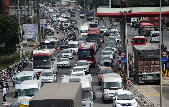 Từ 6h sáng đến 2h chiều, các phương tiện phải di chuyển rất chậm, kéo dài nhiều trăm mét để qua trạm.