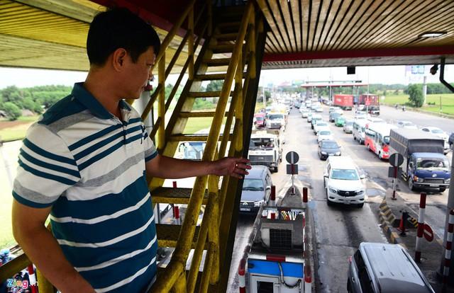 Nhân viên trạm thu phí thay nhau túc trực, quan sát từ trên cao lượng xe dừng chờ để xả, đóng trạm.