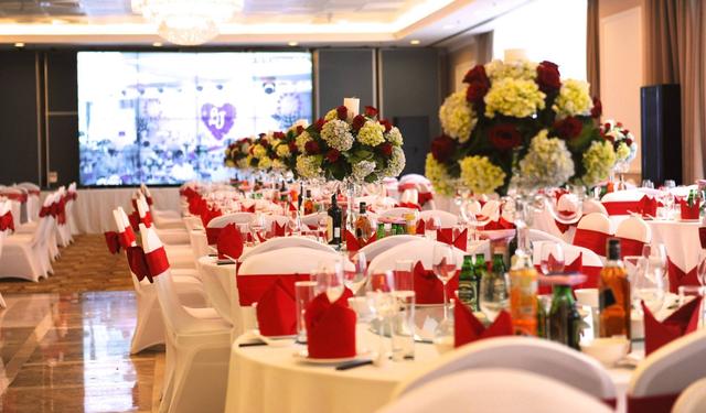 Nhà hàng, khách sạn sang trọng là điểm tổ chức tiệc cưới tiện lợi cho nhiều gia đình hiện nay. Ảnh: Internet