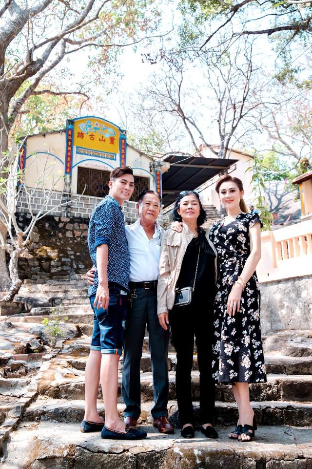 Lâm Khánh Chi bên bố mẹ chồng (giữa) trong chuyến du lịch gần nhất