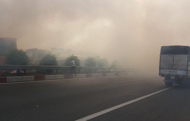 Chiều 3/4, tại gần cầu Đồng Môn (tỉnh Đồng Nai), người dân đốt cỏ bên ngoài hành lang đường cao tốc TP HCM - Long Thành - Dầu Giây tạo nên đám khói rất lớn cộng thêm hướng gió đã gây ảnh hưởng nghiêm trọng tới tầm nhìn của các xe khi chạy trên cả hai hướng.