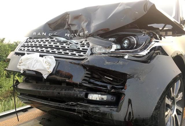 Một chiếc Range Rover bị biến dạng phần đầu.