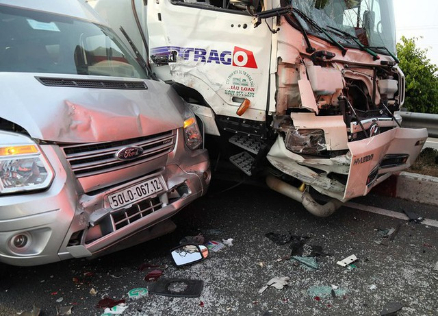 Hướng từ TP HCM ba ôtô khách và một xe bồn tông liên hoàn khiến cả bốn chiếc đều hư hỏng nặng. Rất may không có người tử vong.