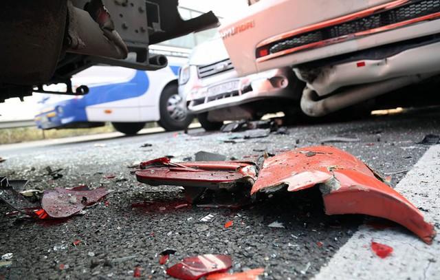 Các mảnh vỡ xe ngổn ngang trên đường cao tốc sau vụ tai nạn.