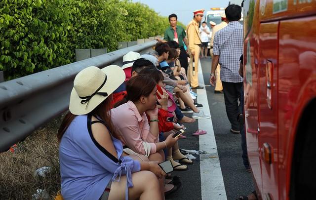 Tai nạn cũng khiến một đoàn khách du lịch, trong đó có nhiều người nước ngoài đang trên đường từ TP HCM đi Phan Thiết bị kẹt lại.