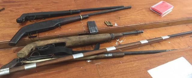 Các khẩu súng thu được tại lán của Đức.